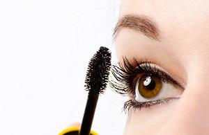 En kvinna som använder mascara