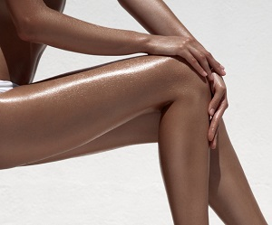 Brunbrända ben på en kvinna