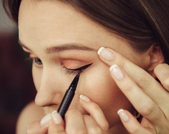 En kvinna som målar eyeliner