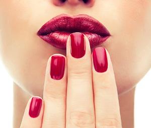 Rött nagellack på en tjej