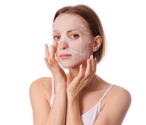 En tjej som använder en arkmask