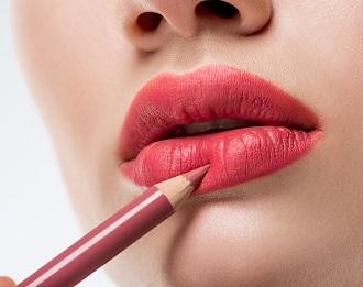 En kvinna som sminkar sig med en läppenna