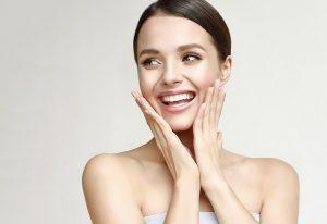 En glad kvinna som precis har exfolierat sin hud