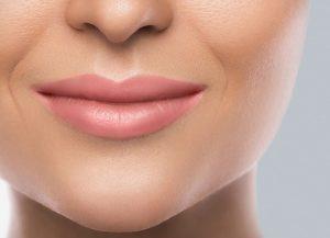 En kvinna som applicerat krämen i ansiktet